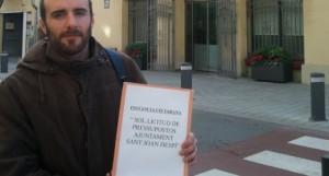 Enric Pons en una acció per reclamar transparència a l'ajuntament de Sant Joan Despí.